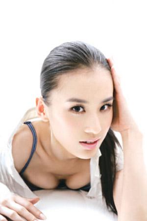 Hoàng Thánh Y sinh năm 1983 tại Thượng Hải, Trung Quốc.