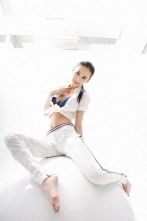 Cô tốt nghiệp Học viện Kịch Bắc Kinh.