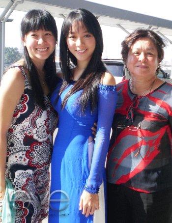 Thiên Lý cùng mẹ (bên phải) và người thân.
