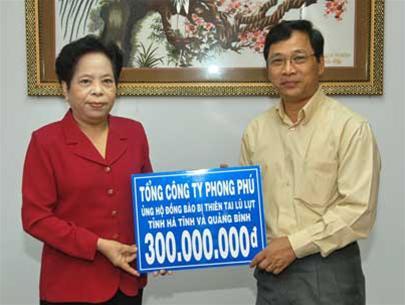 Ông Lê Hoàng (phải) trong một lần làm từ thiện