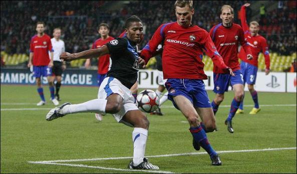 Cú dứt điểm thành bàn của Valencia đã giúp MU củng cố ngôi đầu bảng.